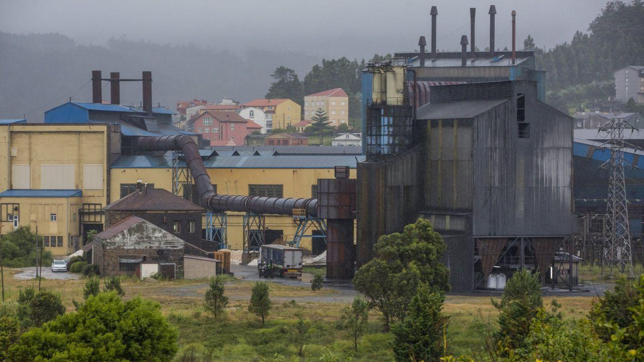 Los trabajadores de Alcoa San Cibrao cortan el tráfico en O Castelo.Liberbank