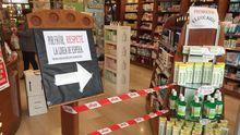 Desde la misma entrada, la farmacia indica a sus clientes que respeten la distancia de seguridad.