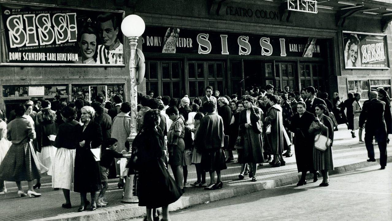 Trailer Hamada.RETROSPECTIVA DE SEPTIEMBRE DE 1956 CON GENTE HACIENDO COLA DELANTE DE LA TAQUILLA DEL CINE TEATRO COLON PARA VER LA PELICULA ''SISI''.