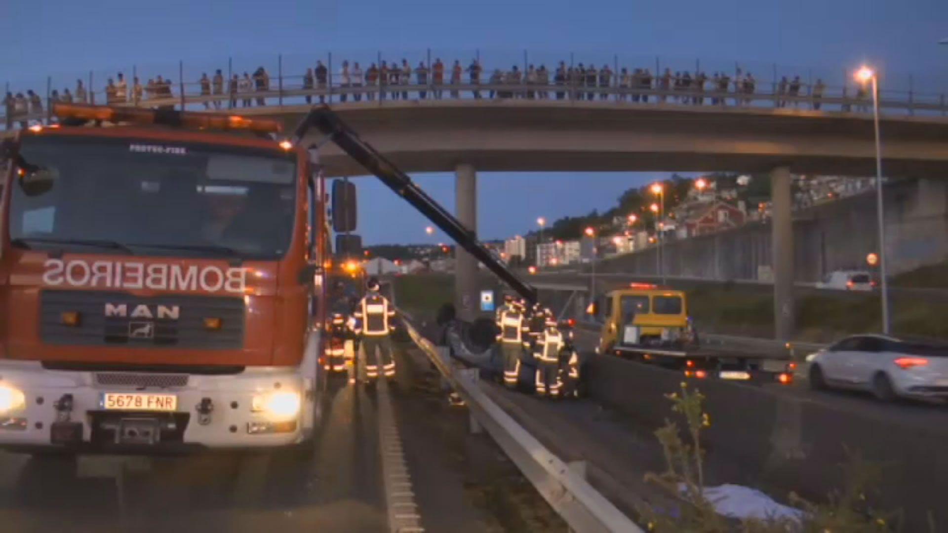 Los bomberos excarcelaron a los ocupantes del vehículo destrozado.Bieito Lovera y Sara Cal, fallecidos en el trágico accidente de la AP-9 en Vigo, en sendas fotos de su Facebook