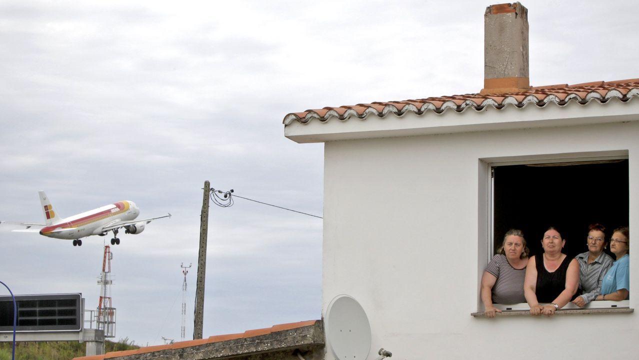 Alvedro ya realiza cribados a sus pasajeros.Vecinas de Regueira (en foto de archivo) expuestas a la actividad del aeropuerto de Alvedro