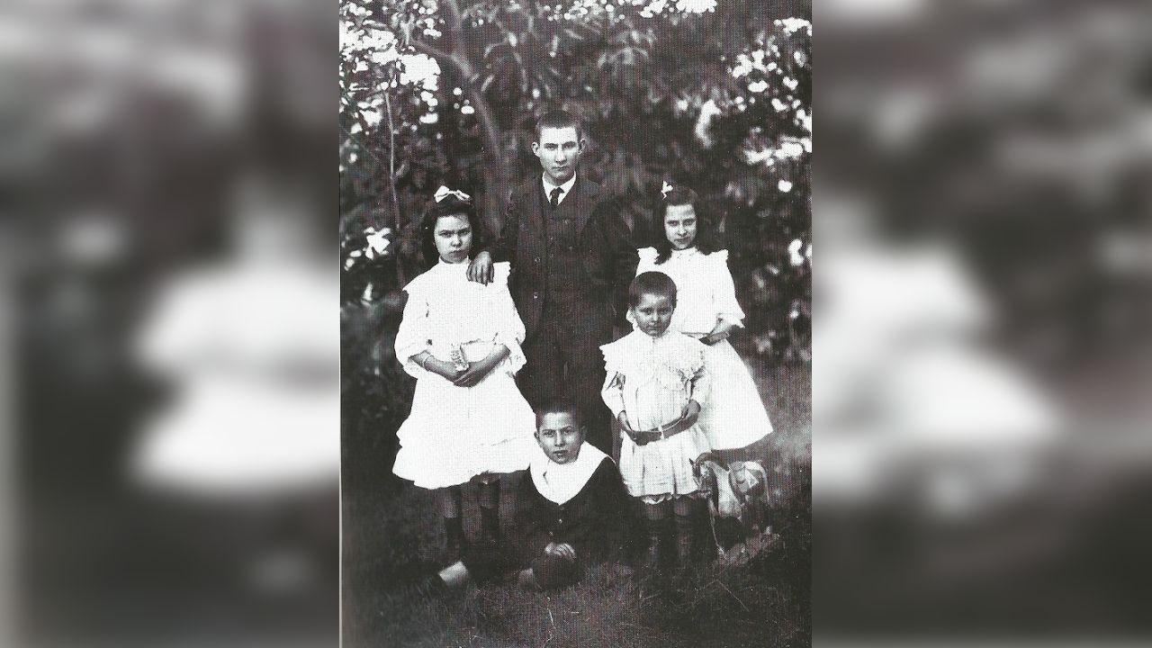 Florencio Delgado a través da arte.Florencio Delgado Gurriarán (coas mans no cinto), xunto cos seus irmáns.