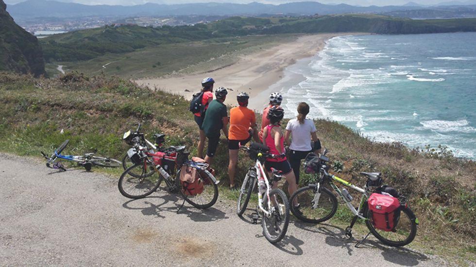 Turismo deportivo. Bici en Xagó.Uno de los estanques del parque de Isabel La Católica en Gijón