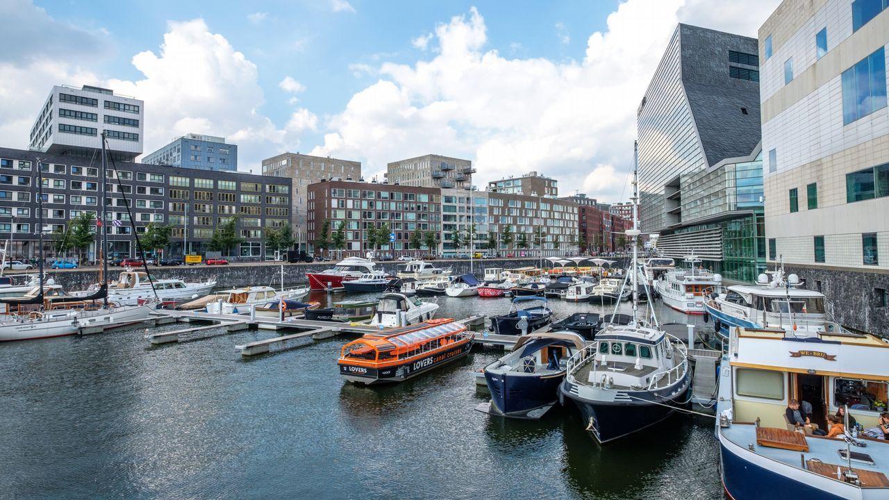 Ámsterdam. La transformación de los muelles interiores y almacenes comienza a finales del siglo pasado, con la apertura de nuevos barrios con viviendas, actividad comercial, paseos, museos y salas de conciertos, en una zona cubierta de puentes peatonales.