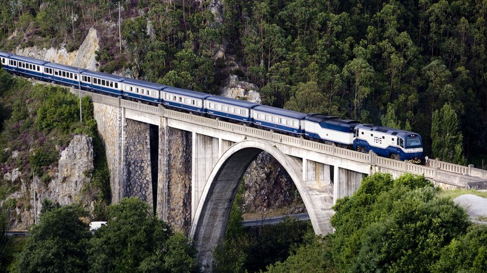 JUNCKERH.El tren Transcantábrico a su paso por Luarca