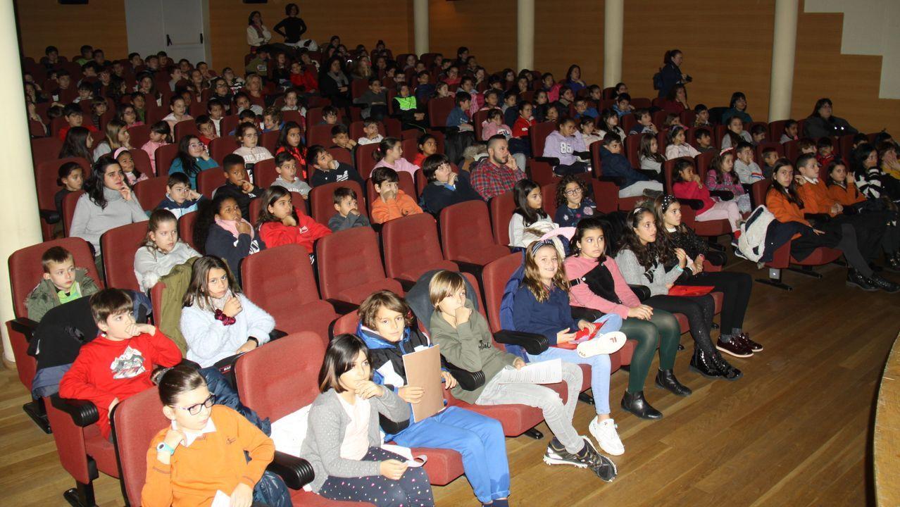 Niños de los cuatro colegios de O Barco en un acto en el teatro Lauro Olmo (foto de archivo)