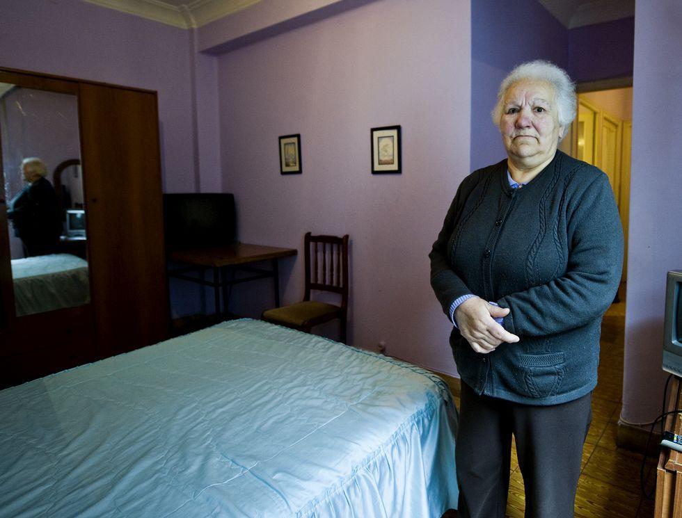Catalá: «Podemos está rodeado de terroristas con los que se reúne».Pilar Soto García, en una de las habitaciones de la pensión La Parra, que regenta.