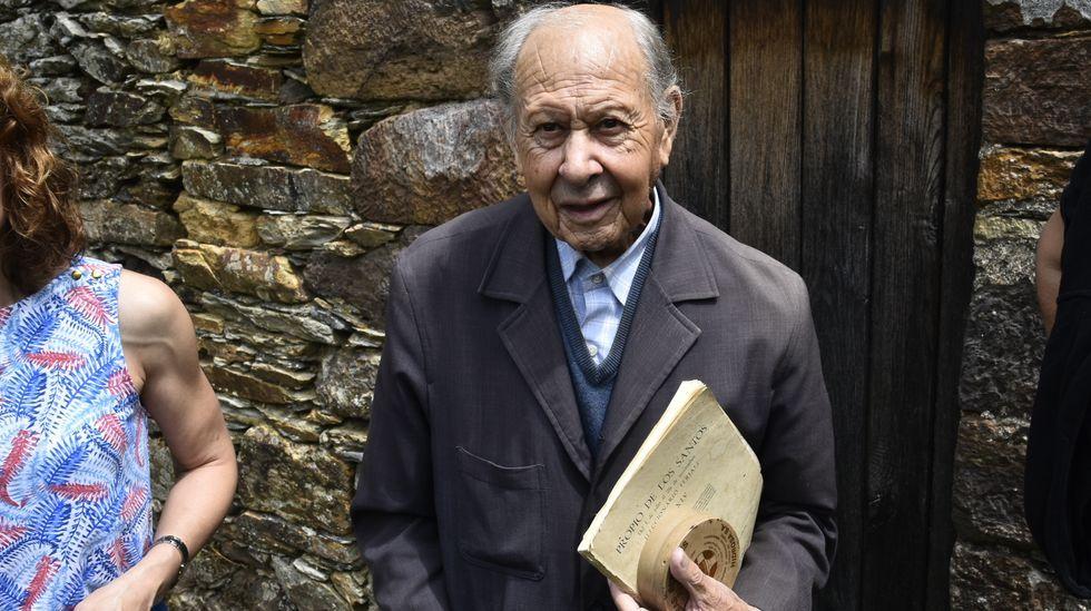 cine.Manuel Casanova, a la salida de la misa en la fiesta de A Veneira, en el año 2018