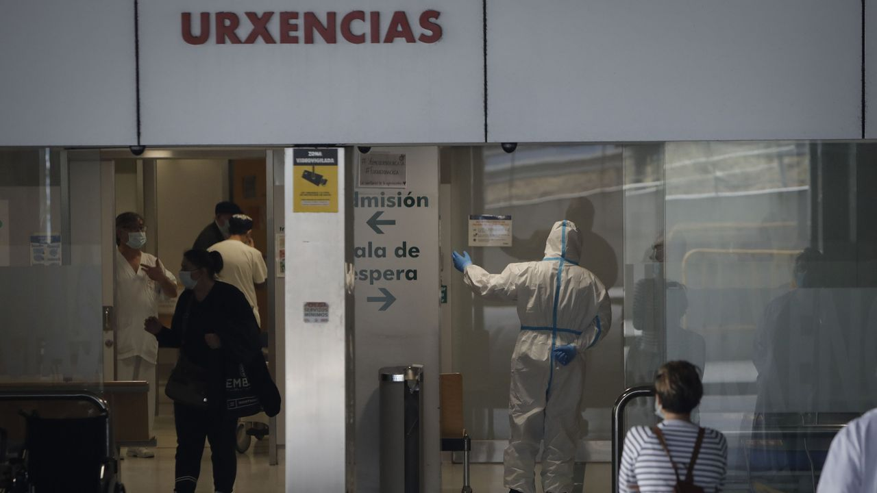 Obras del ascensor paralizadas en la Avenida de las Conchiñas en A Coruña.Imagen de archivo del Chuac durante la pandemia del coronavirus