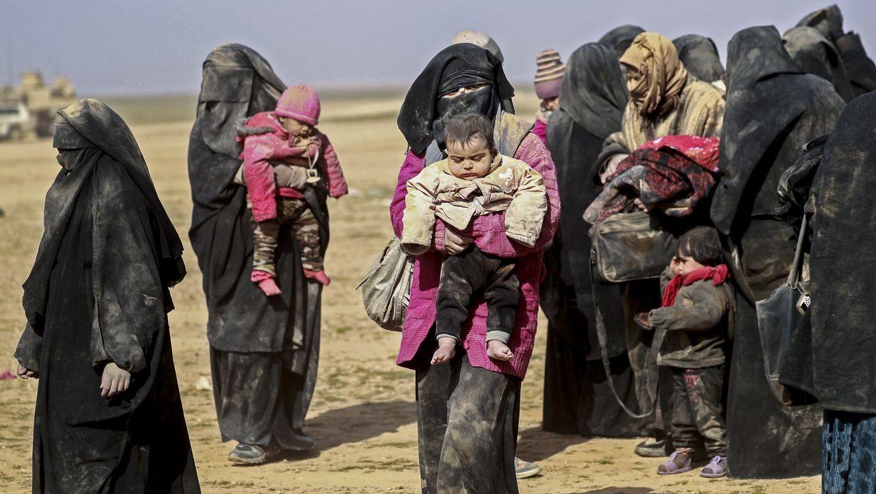 Jenny Holzer en Bilbao.Mujeres con niños huyendo de Baghuz, el último reducto del Estado Islámico en Siria