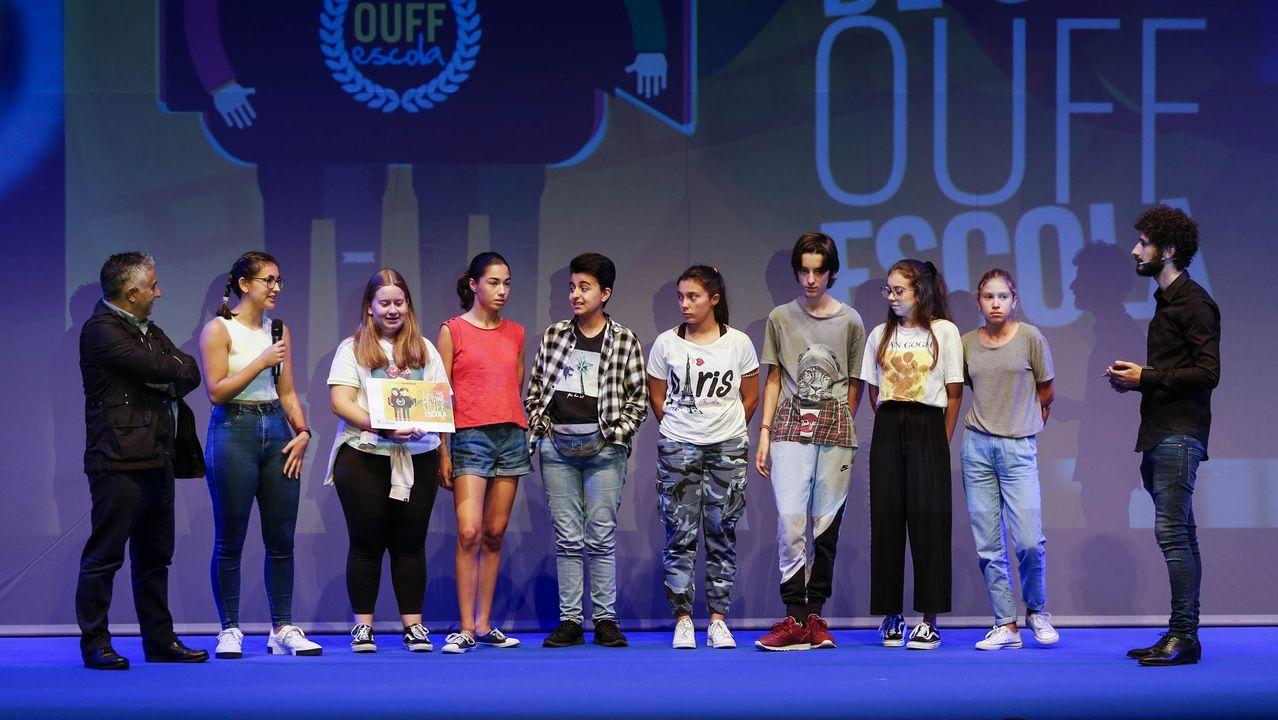 Alumnos del IES de Foz recogen el premio por  Mans Salgadas