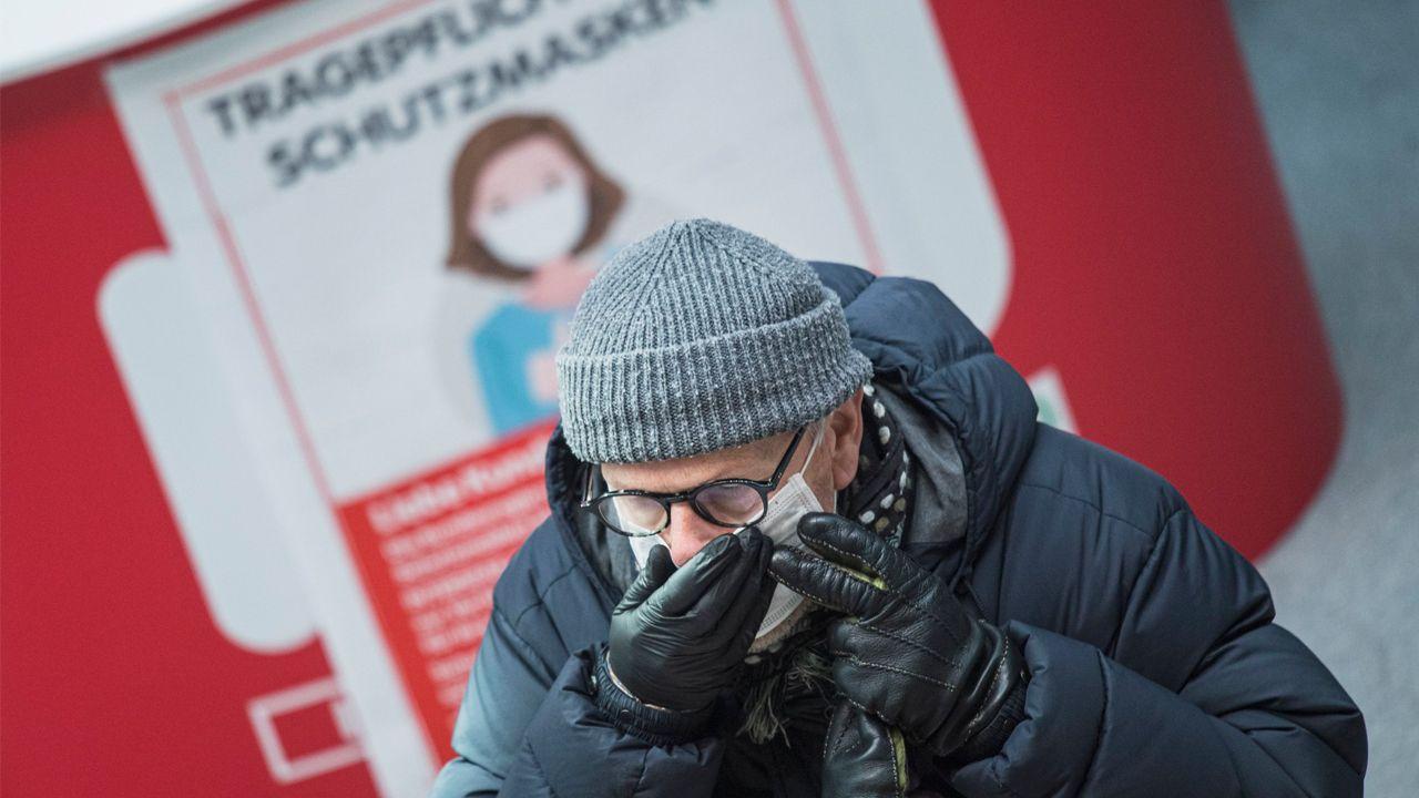 Un hombre se coloca la mascarilla tras salir de un supermercado de la capital austriaca
