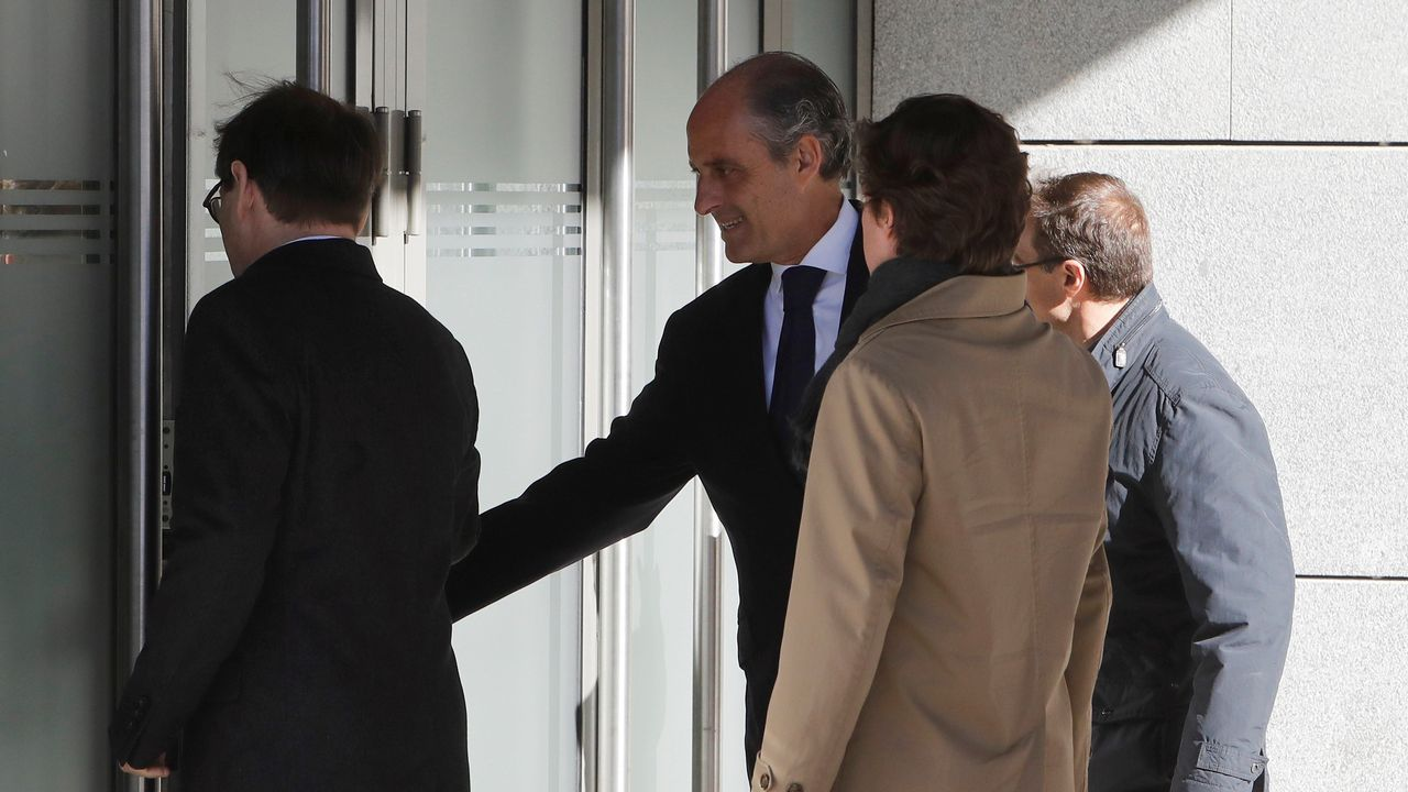 ¿Por qué se está investigando a Eduardo Zaplana?.Mario Suárez del Fueyo, en los soportales de la plaza Mayor.
