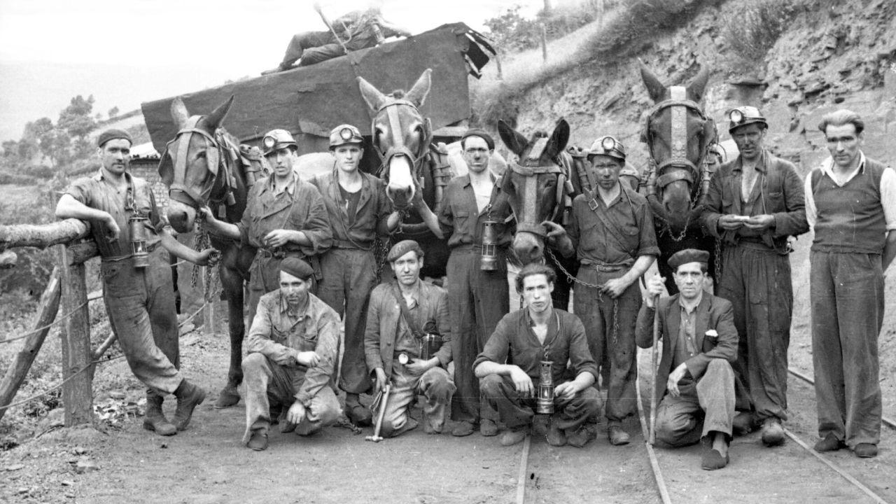 Cuatrodécadas de escenas cotidianasen el valle minero de Turón.Representantes de todas las asociaciones vecinales de Gijón, ayer ante la casa consistorial, con las pancartas en las que exigen soluciones y participación real