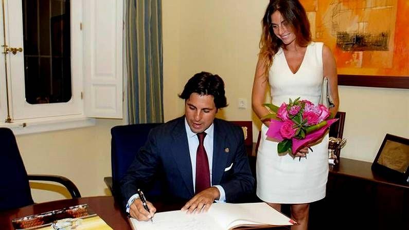 Francisco Rivera se casa con Lourdes Montes.La pareja, en el año 1999, con su hija Cayetana recién nacida