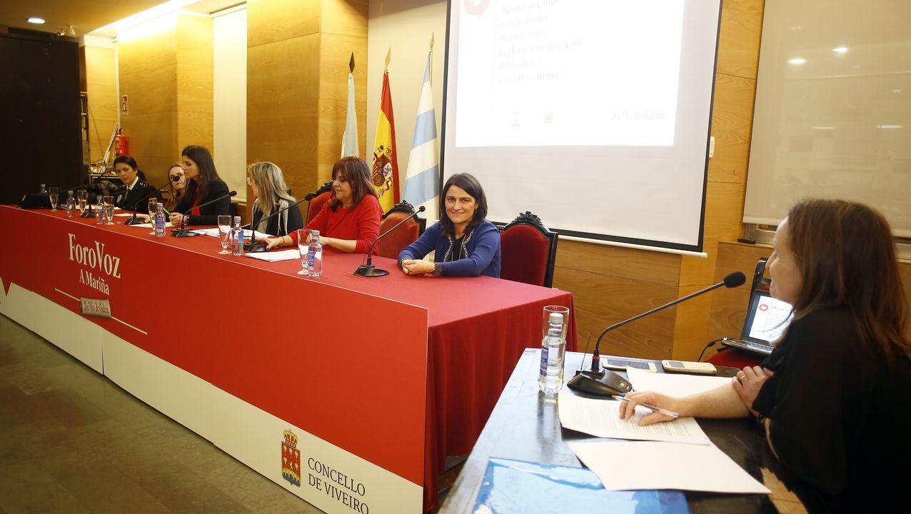 A la derecha, María Cuadrado, periodista de La Voz y moderadora del debate en Viveiro