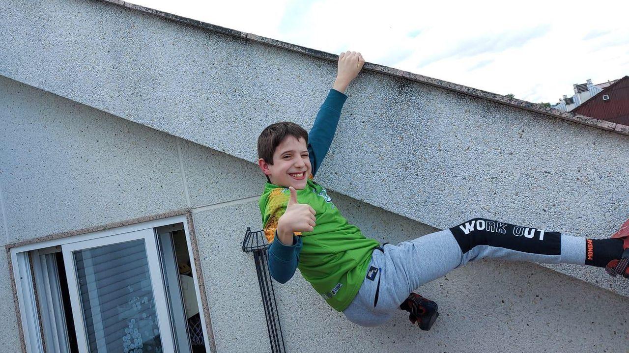 Iván Pacios, uno de los niños del club de escalada entrenando en su casa