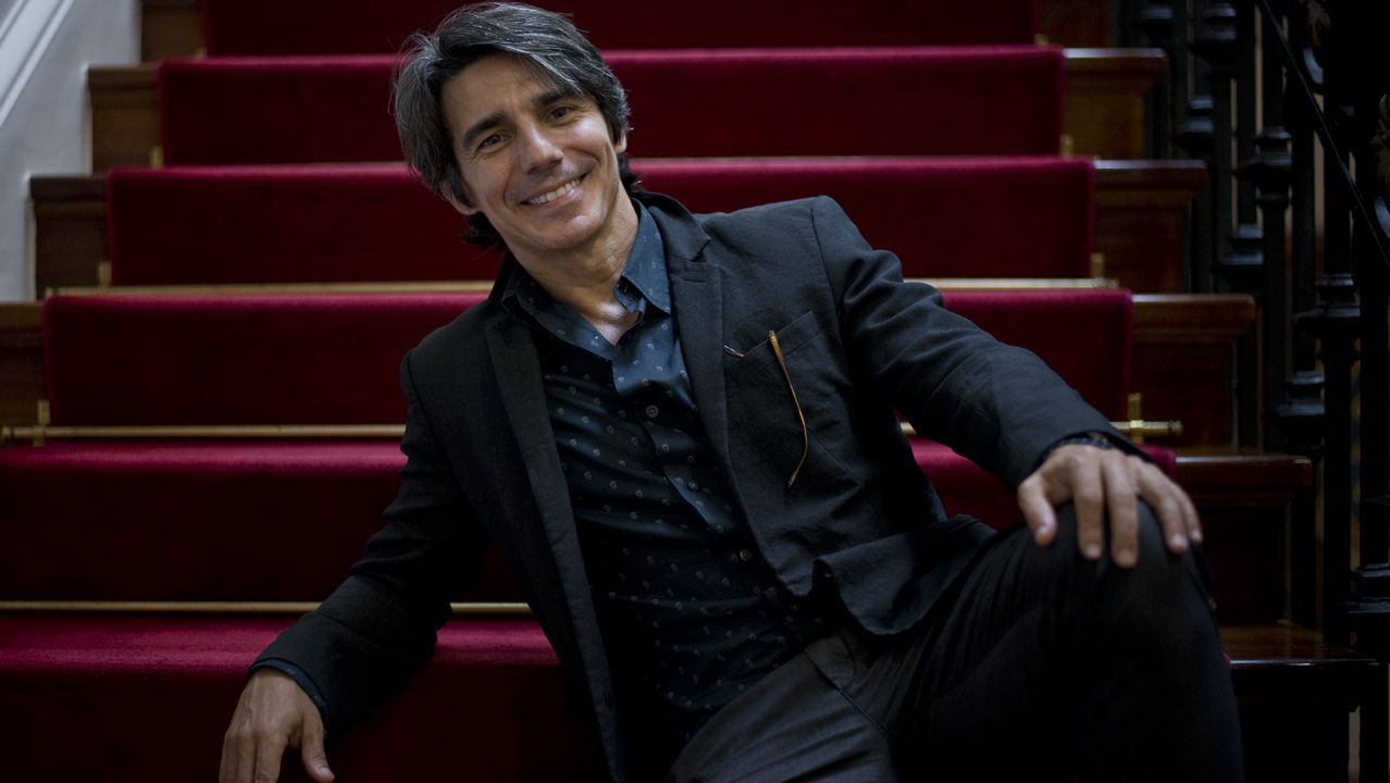 El bailarín y coreógrafo madrileño Joaquín de Luz inicia su primera gira como director de la Compañía Nacional de Danza, que llegará a Galicia en el próximo mes de noviembre. En la imagen, De Luz, ayer, posando en el palacio municipal de María Pita