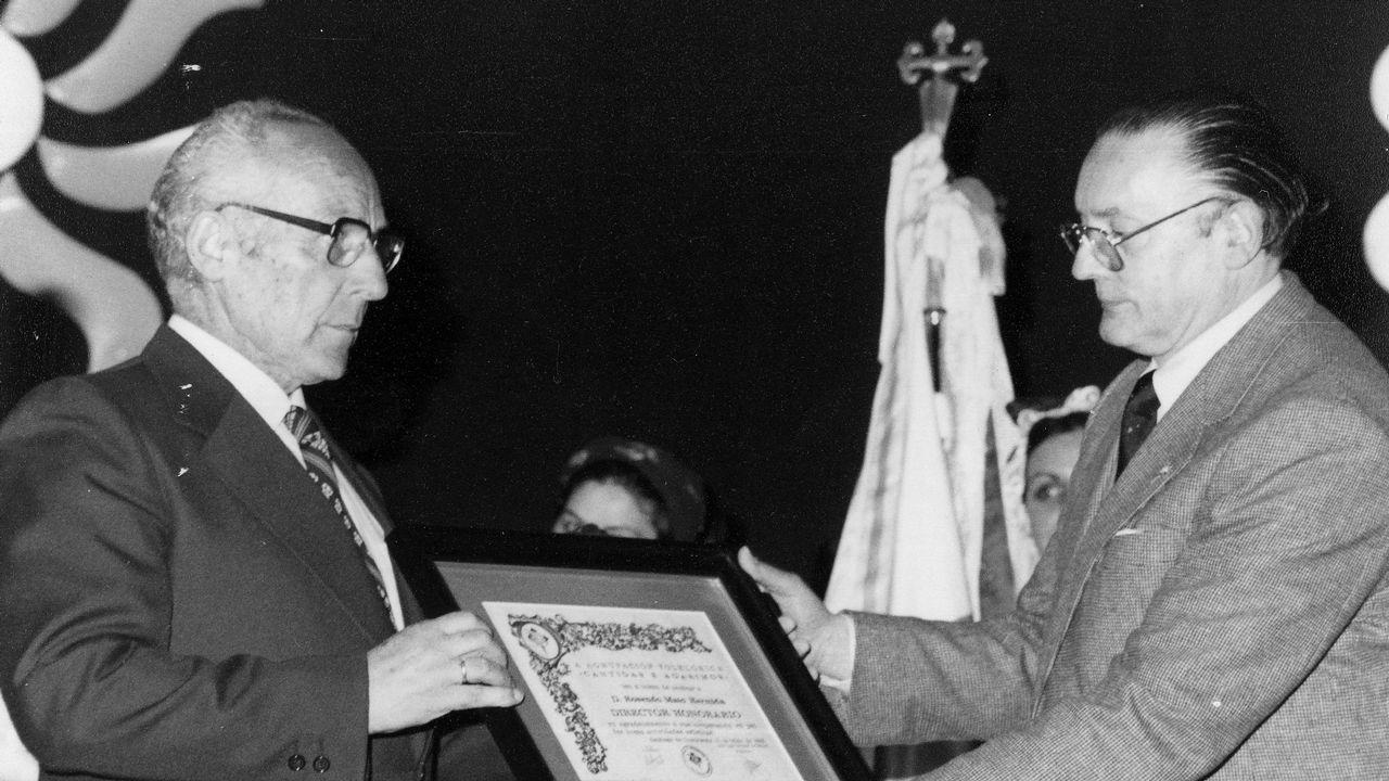El maestro Rosendo Mato Hermida recibe un diploma de manos de López-Veiga
