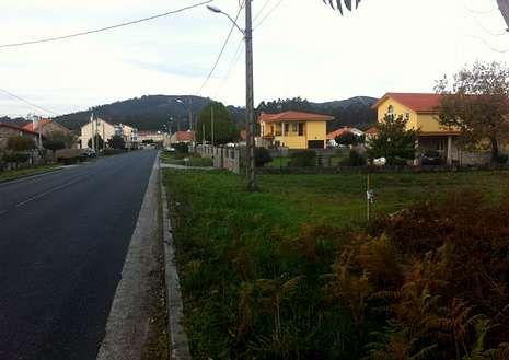 Las viviendas se encuentran en la carretera que va a Castro.
