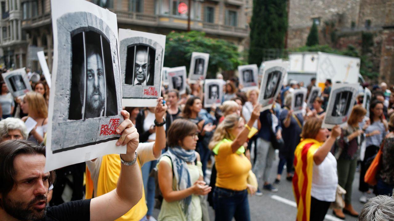Centenares de personas cortan la céntrica Via Laietana de Barcelona