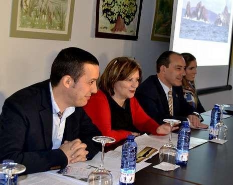 Fuerte temporal en Galicia.S. Garrido, periodista; Olga Campos, presidenta de los empresarios; Manuel V. Alonso, alcalde; y Sabela Rodríguez, técnico de Turismo.