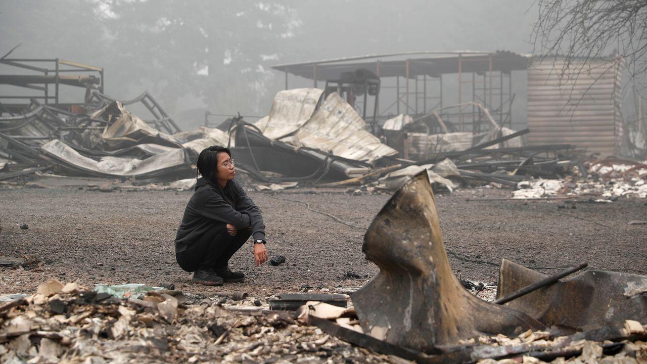 Hansel Valentine, ante los escombros a los que quedó reducidad su casa en Estacada, Oregón