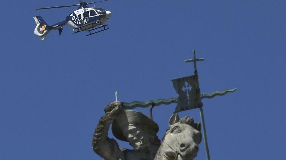 El helicóptero de la Policía Nacional, que ha completado ya su despliegue en Santiago por el Apóstol, sobrevuela la plaza del Obradoiro.