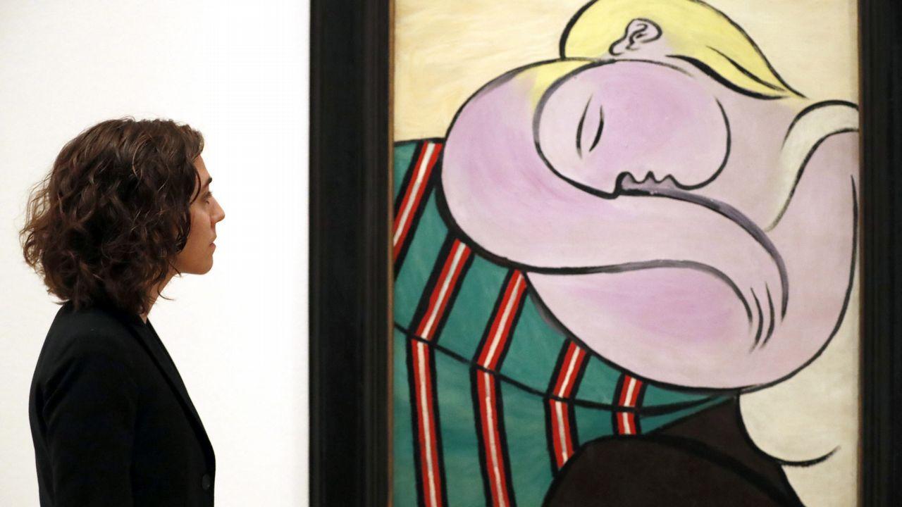Megan Fontanella, comisaria de la exposción «De Van Gogh a Picasso. El legado Thannhauser», ante el cuadro de Picasso, «La mujer del pelo amarrillo»