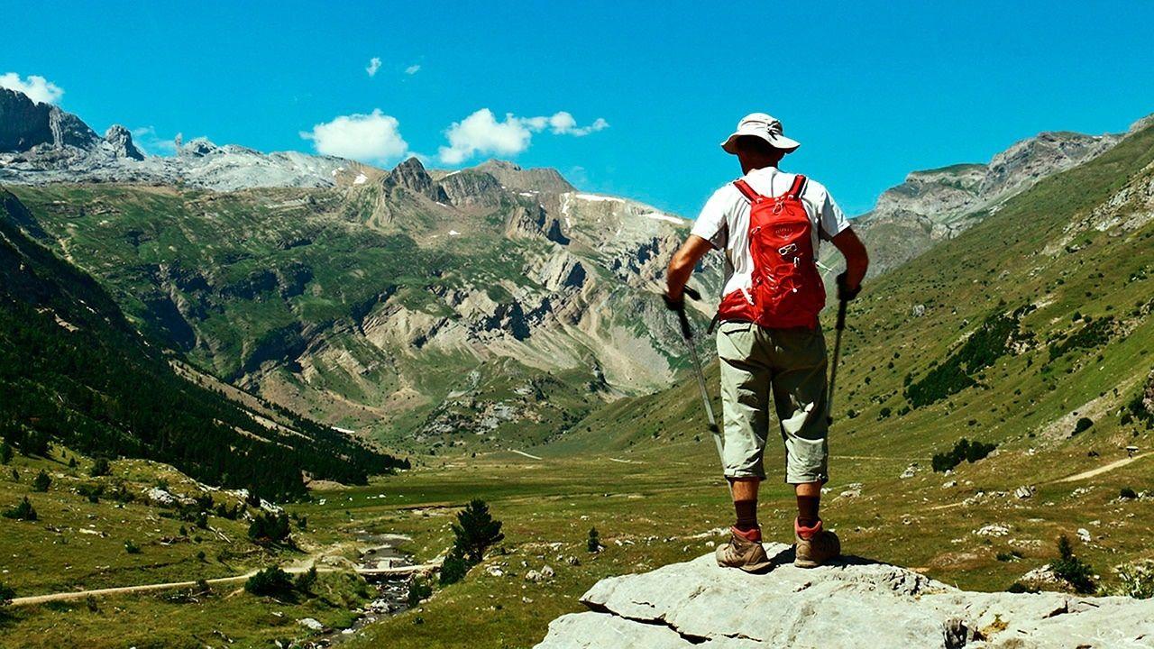 Un montañero admirando el paisaje