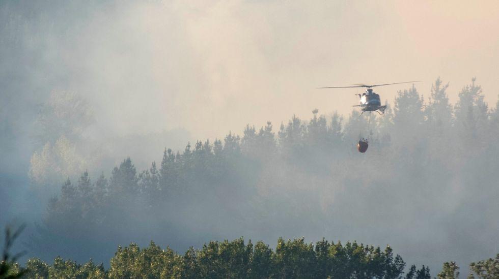 En las tareas de extinción del incendio de O Fabeiro participaron varios helicópteros