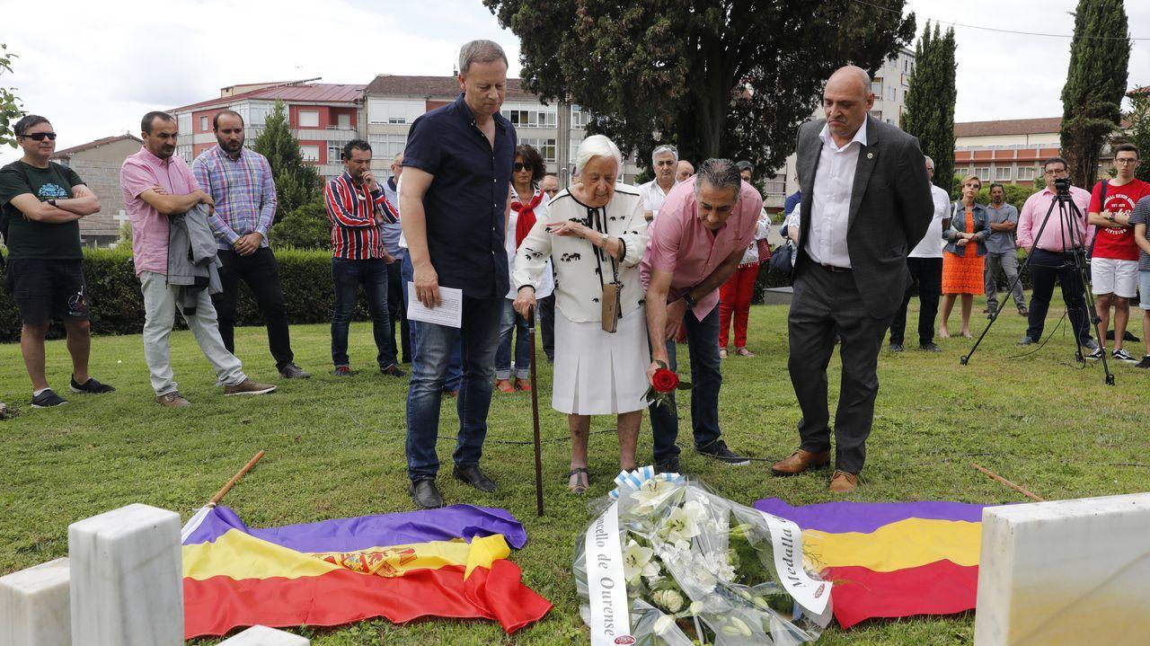 Ofrenda floral en homenaje a Manuel Suárez alcalde represaliado 1937 su hija Lolitas Suárez habla para el público