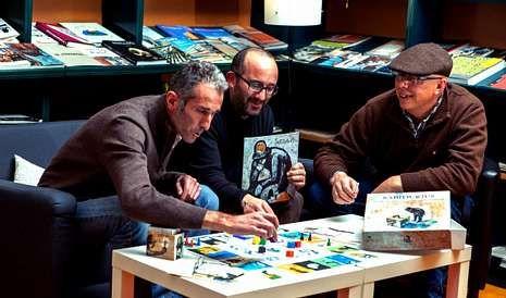 Eduardo Armada, el pintor Ramón Trigo y Miguel Carrera echan una partida al juego que han creado.