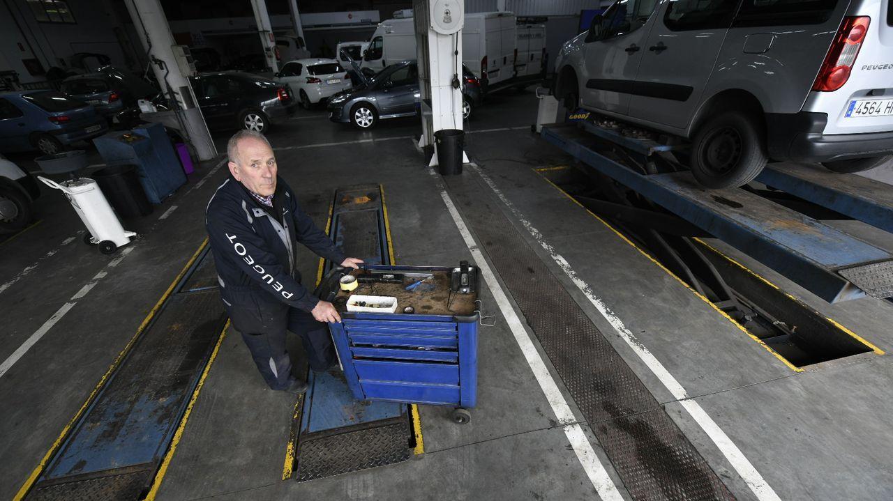 Feijoo visita PSA Vigo tras la vuelta al trabajo después del covid-19.Trabajadores de la planta de PSA en Vigo realizando tareas de preparación en Ferraje para la reactivación de la actividad tras el parón por la pandemia de coronavirus