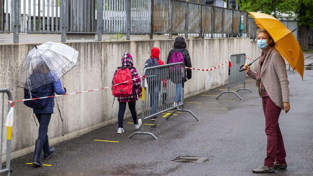 Los alumnos regresan al colegio en Lully, cerca de Ginebra
