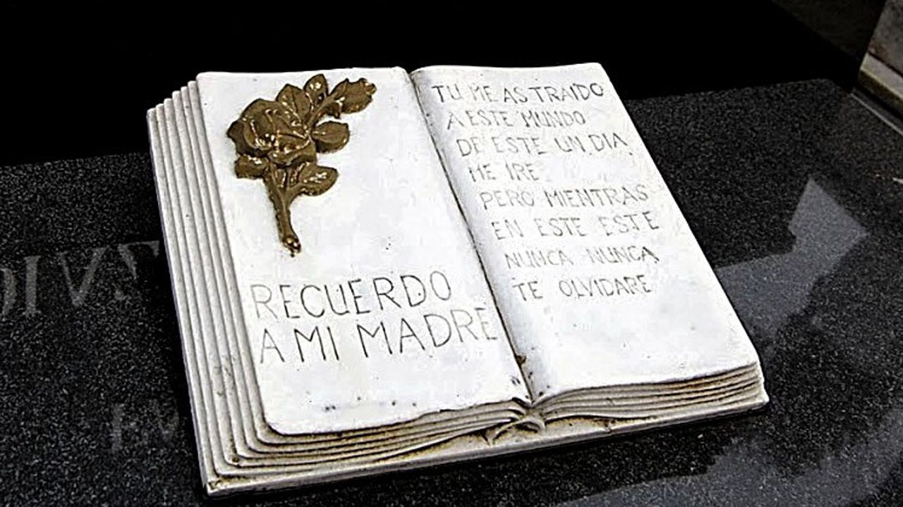 Una sentida dedicatoria a la madre en el camposanto de Colloto, Oviedo