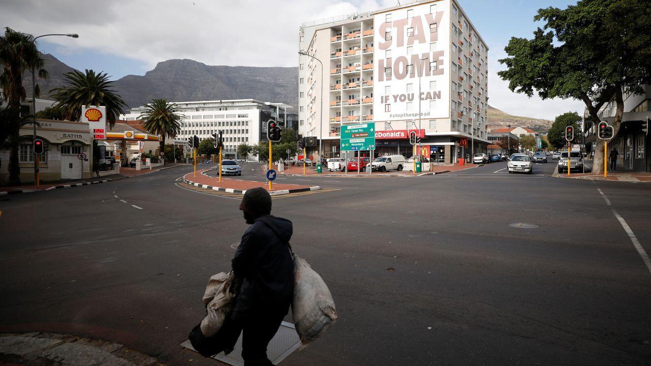 Un hombre camina por una calle sudafricana vacía