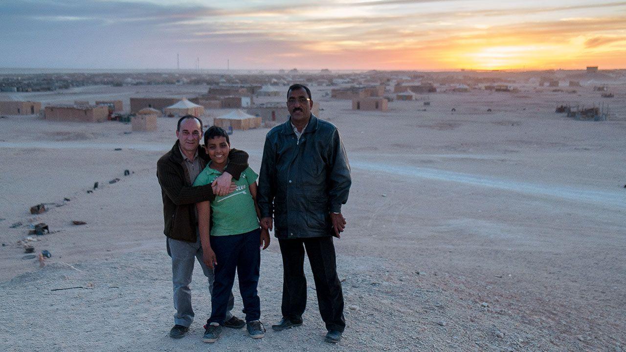 Uno de los niños participantes en el programa «Vacaciones en Paz» junto con Luis Alberto Súarez, su padre en España, y su padre biológico