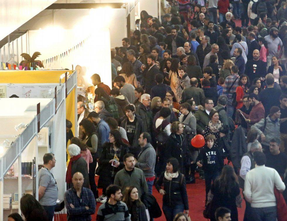 La gran feria de la cultura gallega.Eva Loureiro firmando ejemplares de su obra ayer en la Feria del Libro