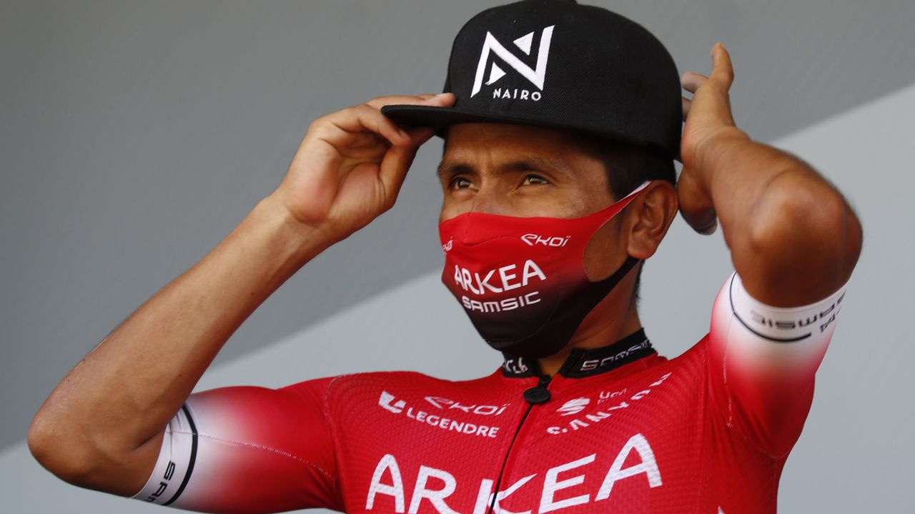El colombiano Nairo Quintana (i), del Movistar, seguido de Raúl Alarcón (d), del equipo W52/FC Porto, entran en la meta en el Alto del Acebo, de 1.200 metros de altitud, en la segunda etapa de la 60 Vuelta Ciclista a Asturias, disputada entre Soto de Rivera y Cangas del Narcea.