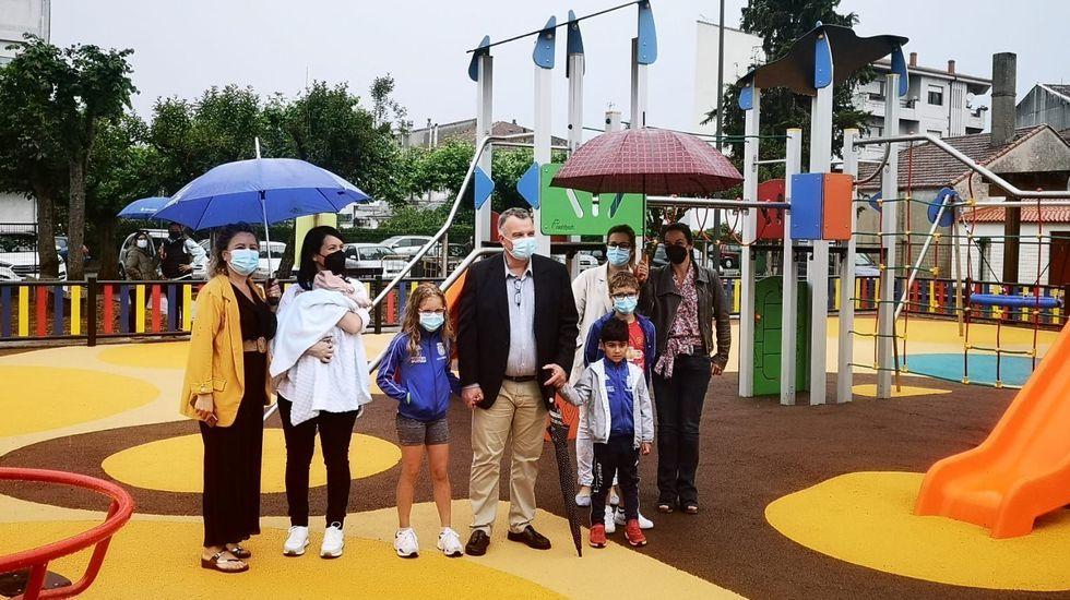 El alcalde Carlos Armesto inauguró el viernes las instalaciones renovadas del parque infantil de O Palomar, en Escairón