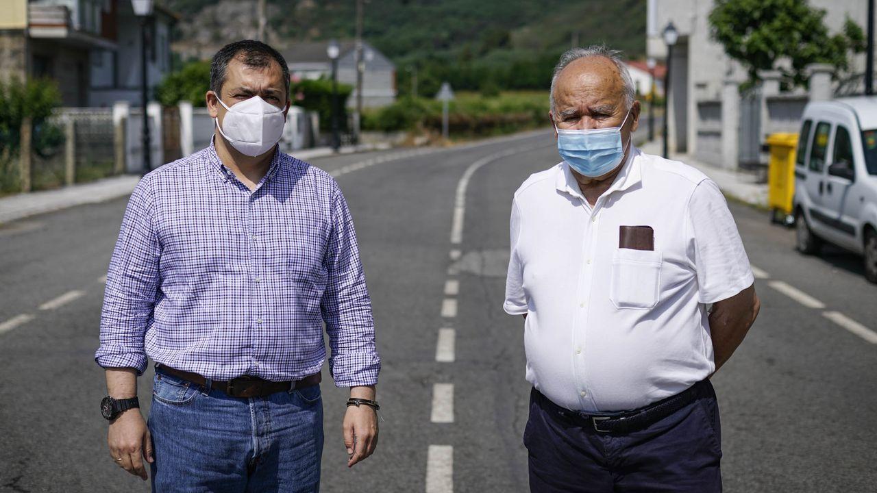 Padre e hijo posan, ya recuperados, en la carretera de Vilaza