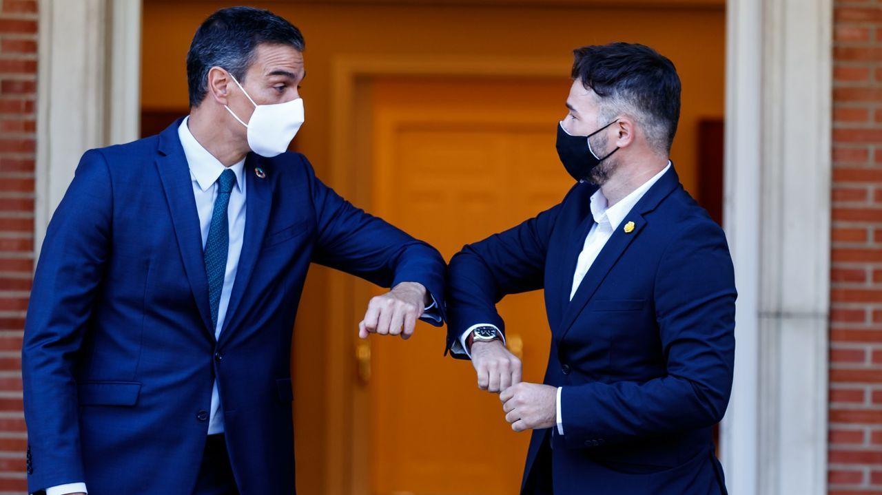 Sánchez y Rufián se saludan en la reunión celebrada el pasado día 3 para hablar de los presupuestos