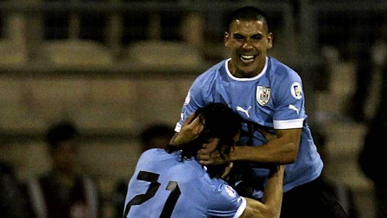 Ceremonia íntima en Uruguay.Maxi Pereira y Cavani celebran el primer gol de Uruguay