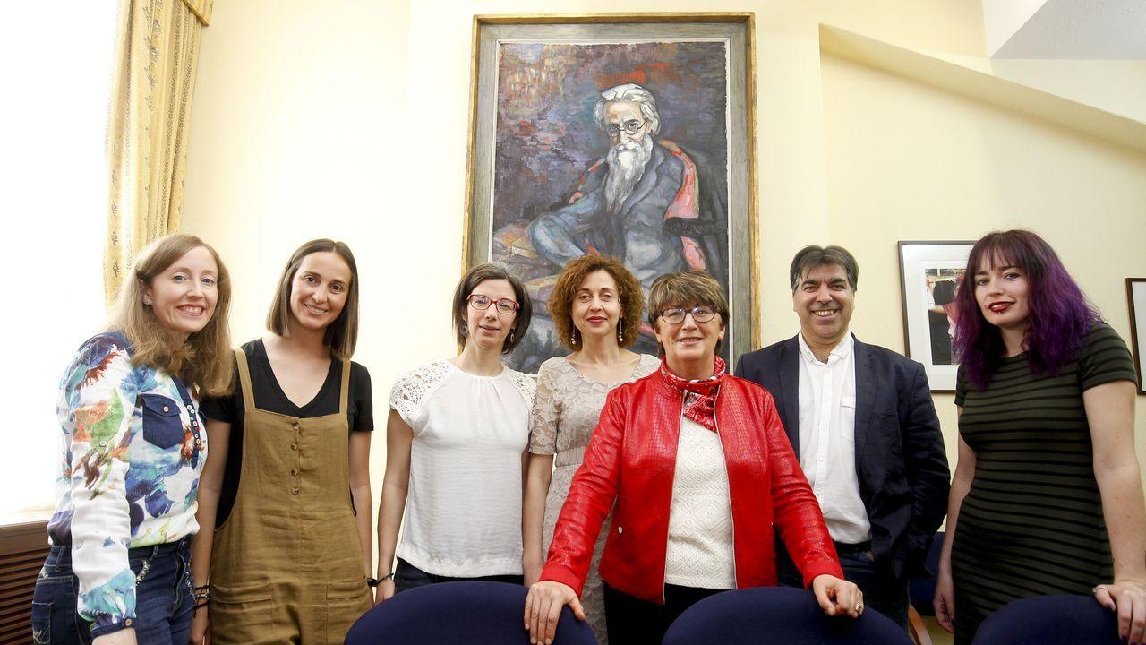 libros.Adriana Abalo, segunda por la izquierda, con otros componentes de la Cátedra Valle-Inclán de la Universidade de Santiago