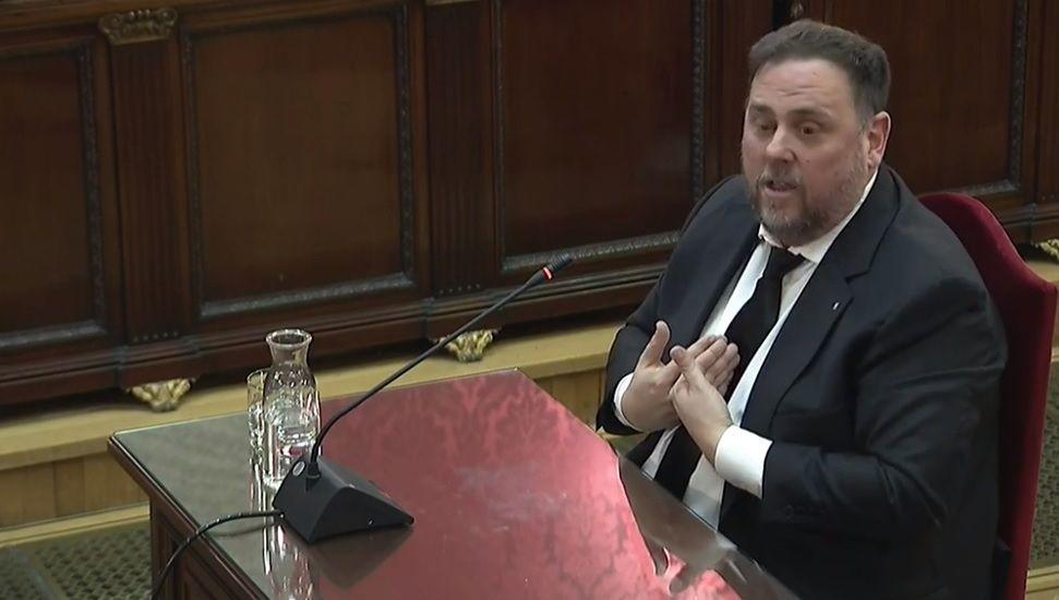 Gritos de fuera y aplausos para recibir en el hemiciclo a los políticos presos.El portavoz de ERC, Sergi Sabrià, en una rueda de prensa el pasado mes de enero