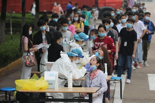 Empleados de una fábrica de Wuhan se someten a test de coronavirus