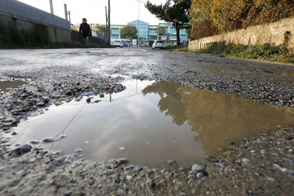 <span lang= es-es >El agua se acumula en los inmensos baches e imposibilita a los conductores apreciar su profundidad.</span>