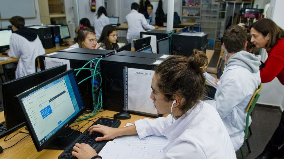 Alumnos del StemBach del IES María Casares trabajando en la redacción del proyecto final. A la derecha una de las tutoras, María Xosé Fernández