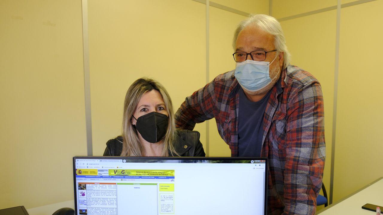 Isabel Carballeira y Rogelio Ramos, en la oficina del Sistema VioGén de Ferrol